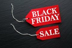 Μαύρη ετικέττα πώλησης Παρασκευής στη σκοτεινή πλάκα στοκ εικόνα