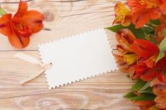 Μαύρη ετικέττα δώρων με τα λουλούδια Στοκ Εικόνα