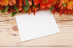 Μαύρη ευχετήρια κάρτα με τα λουλούδια Στοκ εικόνες με δικαίωμα ελεύθερης χρήσης