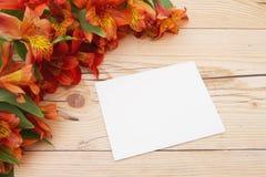 Μαύρη ευχετήρια κάρτα με τα λουλούδια Στοκ φωτογραφίες με δικαίωμα ελεύθερης χρήσης