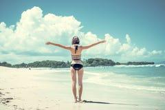 μαύρη ελευθερία έννοιας που απομονώνεται Γυναίκα ελευθερίας και ευτυχίας στην τροπική παραλία του νησιού του Μπαλί, Ινδονησία Απο Στοκ Εικόνα