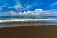 Μαύρη ηφαιστειακή παραλία άμμου στο νησί Ινδονησία του Μπαλί Στοκ φωτογραφίες με δικαίωμα ελεύθερης χρήσης