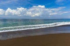 Μαύρη ηφαιστειακή παραλία άμμου στο νησί Ινδονησία του Μπαλί Στοκ φωτογραφία με δικαίωμα ελεύθερης χρήσης