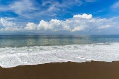Μαύρη ηφαιστειακή παραλία άμμου στο νησί Ινδονησία του Μπαλί Στοκ εικόνες με δικαίωμα ελεύθερης χρήσης