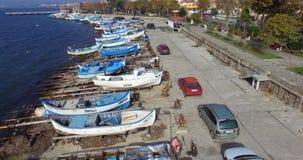 Μαύρη Θάλασσα και αλιευτικά σκάφη - ένα σύμβολο του παλαιού Pomorie στη Βουλγαρία απόθεμα βίντεο