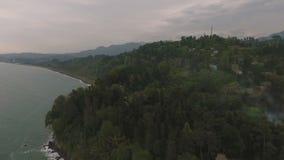 Μαύρη Θάλασσα σε Batumi στο σούρουπο, θλιβερός ουρανός επάνω από τον πράσινο βοτανικό κήπο, ταξίδι φιλμ μικρού μήκους