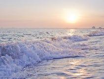 μαύρη θάλασσα της Κριμαία&sigma Κύμα του νερού στο ηλιοβασίλεμα Στοκ Φωτογραφία