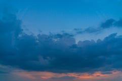 Μαύρη θύελλα σύννεφων στον ουρανό στο ηλιοβασίλεμα Στοκ Εικόνες