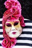 μαύρη διακοσμητική μάσκα masque Βενετία καρναβαλιού Η ιταλική ενετική μάσκα καρναβαλιού είναι στο θαλάσσιο υπόβαθρο λωρίδων Στοκ Εικόνα