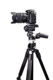 Μαύρη κάμερα DSLR στο τρίποδο στοκ φωτογραφίες