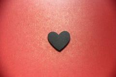 Μαύρη καρδιά στο κόκκινο έδαφος πριν από το βαλεντίνο Στοκ φωτογραφίες με δικαίωμα ελεύθερης χρήσης