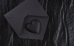 Μαύρη καρδιά στο μαύρο φάκελο Στοκ Φωτογραφίες