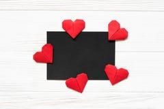 Μαύρη καρδιά origami εγγράφου κενή και κόκκινη στο ξύλινο υπόβαθρο Πρότυπο για τη ευχετήρια κάρτα Στοκ Εικόνες