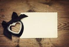 Μαύρη καρδιά ημέρας βαλεντίνου με ένα τόξο Στοκ Εικόνες
