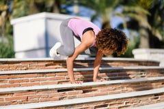 Μαύρη κατάλληλη γυναίκα που κάνει το acrobatics ικανότητας στο αστικό υπόβαθρο Στοκ εικόνα με δικαίωμα ελεύθερης χρήσης