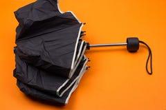 μαύρη κλειστή ομπρέλα Στοκ φωτογραφία με δικαίωμα ελεύθερης χρήσης