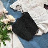 Μαύρη κορυφή δαντελλών σε ένα ξύλινο υπόβαθρο στοκ φωτογραφίες με δικαίωμα ελεύθερης χρήσης