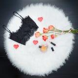 Μαύρη κορυφή δαντελλών στην άσπρη γούνα Πορτοκαλιά τριαντάφυλλα, κραγιόν και perf Στοκ Φωτογραφία