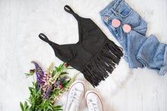 Μαύρη κορυφή με το περιθώριο, τζιν παντελόνι, άσπρα πάνινα παπούτσια Ανθοδέσμη των WI Στοκ εικόνα με δικαίωμα ελεύθερης χρήσης