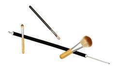 Μαύρη κορδέλλα βελούδου και τρεις βούρτσες makeup στο άσπρο υπόβαθρο Στοκ εικόνα με δικαίωμα ελεύθερης χρήσης
