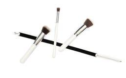 Μαύρη κορδέλλα βελούδου και τρεις βούρτσες makeup στο άσπρο υπόβαθρο Στοκ Φωτογραφίες