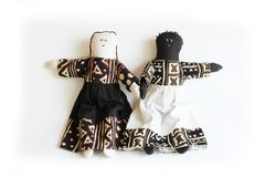 Μαύρη κούκλα και λευκό τμήμα έννοιας κουκλών χέρι στο χέρι, διαφορά, ενότητα Στοκ φωτογραφία με δικαίωμα ελεύθερης χρήσης