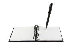Μαύρη μάνδρα και κενό σημειωματάριο που απομονώνονται Στοκ φωτογραφία με δικαίωμα ελεύθερης χρήσης