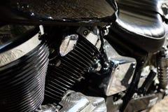 Μαύρη μοτοσικλέτα με το χρώμιο στοκ εικόνες