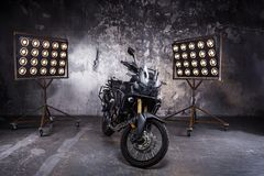 Μαύρη μοτοσικλέτα στο εσωτερικό μέσα με το κίτρινο backlight στη μορφή στοκ εικόνες