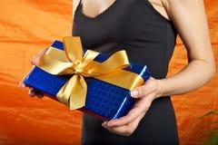 μαύρη μπλε ντυμένη γυναίκα δώρων Στοκ εικόνα με δικαίωμα ελεύθερης χρήσης