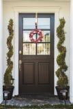 Μαύρη μπροστινή πόρτα του σπιτιού με το στεφάνι καρδιών Στοκ εικόνες με δικαίωμα ελεύθερης χρήσης