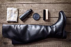 Μαύρη μπότα, κρέμα στιλβωτικής ουσίας, βούρτσα και ύφασμα Στοκ φωτογραφία με δικαίωμα ελεύθερης χρήσης