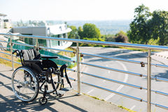 Μαύρη νέα αναπηρική καρέκλα που αφήνεται σε ένα πεζούλι Στοκ εικόνες με δικαίωμα ελεύθερης χρήσης