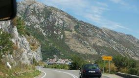 Μαύρη οδήγηση αυτοκινήτων σε έναν δρόμο στα βουνά στο Μαυροβούνιο απόθεμα βίντεο