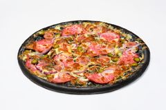 Μαύρη πίτσα με το λουκάνικο, servelat και τα αγγούρια, τα τουρσιά στην άσπρη σάλτσα με το τυρί μοτσαρελών και τα μανιτάρια Στοκ Εικόνες