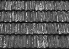 Μαύρη παλαιά και ξεπερασμένη επικεράμωση στεγών με τα εξασθενισμένα έξω χρώματα, ένα υπόβαθρο σχεδίων αρχιτεκτονικής στοκ φωτογραφία με δικαίωμα ελεύθερης χρήσης