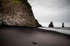Μαύρη παραλία άμμου τοπίων της Ισλανδίας, Vik στοκ φωτογραφία