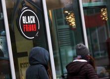 Μαύρη Παρασκευή που διαφημίζει σε μια οδό στο Βουκουρέστι στοκ εικόνες