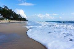 Μαύρη παραλία άμμου και άσπρο κύμα στο songkhla, Ταϊλάνδη Στοκ Εικόνα