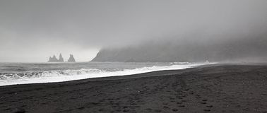 Μαύρη παραλία άμμου στην πόλη Vik Στοκ Εικόνα