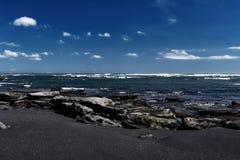 Μαύρη παραλία άμμου στο νησί του Μπαλί στην Ινδονησία Στοκ Εικόνες