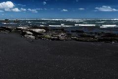 Μαύρη παραλία άμμου στο νησί του Μπαλί στην Ινδονησία Στοκ Εικόνα