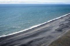 Μαύρη παραλία άμμου της Ισλανδίας Στοκ Φωτογραφία