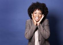 Μαύρη περιστασιακή γυναίκα στο μπλε υπόβαθρο Στοκ Φωτογραφία