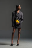 Μαύρη πρότυπη φορώντας μοντέρνη ντουλάπα μόδας Στοκ Φωτογραφία