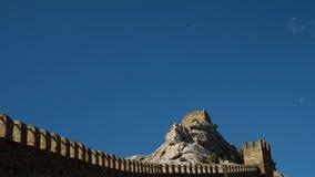 Μαύρη πτήση κορακιών πέρα από τον πύργο φρουρίων πάνω από το clif στην ηλιόλουστη θερινή ημέρα απόθεμα βίντεο