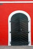 Μαύρη πόρτα, κόκκινος τοίχος Στοκ εικόνα με δικαίωμα ελεύθερης χρήσης