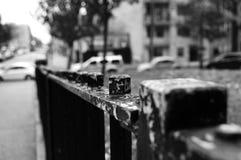 Μαύρη πύλη με το χρώμα που ξεφλουδίζεται μακριά Στοκ φωτογραφία με δικαίωμα ελεύθερης χρήσης
