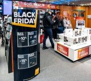 Μαύρη πώληση Παρασκευής της ηλεκτρονικής στο κατάστημα Apple MacBook Pro FNAC Στοκ Εικόνες