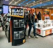 Μαύρη πώληση Παρασκευής της ηλεκτρονικής στο κατάστημα Apple MacBook Pro FNAC Στοκ Φωτογραφία